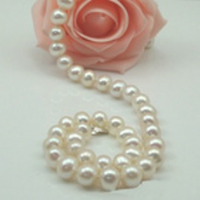 The True Classic! AAA grade 7.5-8 mm white pearl necklace with 9 ct gold filigree clasp.